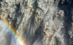 Het vallen onderaan watermassa's en een regenboog royalty-vrije stock foto's