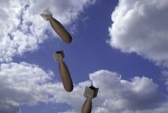 Het vallen van bommen door wolken royalty-vrije stock foto
