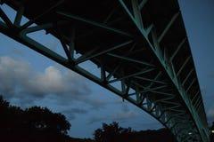 Het vallen van de avond bijna van onder de brug Royalty-vrije Stock Foto's
