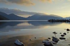 Het vallen van de avond over het meer Royalty-vrije Stock Afbeeldingen