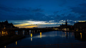Het vallen van de avond over rivier stock afbeelding