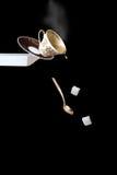 Het vallen van een kop van koffie Royalty-vrije Stock Foto's