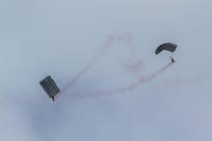 Het valschermteam bij Lucht toont van Turkse Luchtmacht Royalty-vrije Stock Foto's