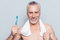 Het valse valse concept van de tandenzorg Sluit omhoog portret van vrolijk uitz. stock afbeelding