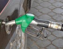 Het van brandstof voorzien bij het benzinestation stock afbeeldingen