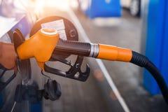 Het van brandstof voorzien van de auto stock foto