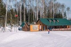 Het van brandstof voorzien van de benzinepomp De hoogste mening van de skibasis De sport van de winter De winter in Siberië Het l royalty-vrije stock afbeeldingen