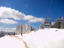 Het van brandstof voorzien van de benzinepomp Skispoor en skilift op een zonnige dag royalty-vrije stock afbeelding