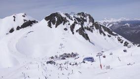 Het van brandstof voorzien van de benzinepomp Snowboarders en skiërs encamp Mensen Landschap van bergen stock videobeelden