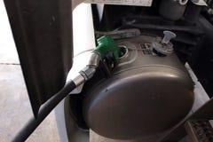 Het van brandstof voorzien van een semi vrachtwagen bij het wegrestaurant stock afbeeldingen
