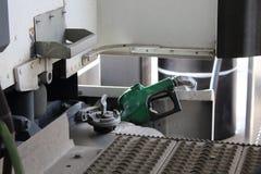 Het van brandstof voorzien van een semi vrachtwagen bij het wegrestaurant stock foto's