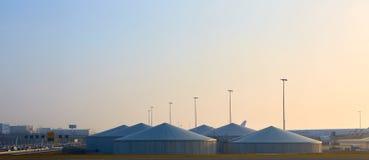 Het van brandstof voorzien van post bij de luchthaven voor de vliegtuigen met grote tanks stock fotografie