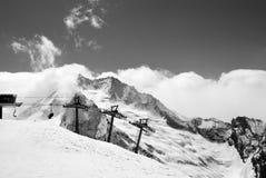 Het van brandstof voorzien van de benzinepomp De bergen van de Kaukasus stock foto's