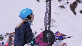 Het van brandstof voorzien van de benzinepomp De instructeur verklaart aan de jonge techniek van het snowboardermeisje om te beri stock videobeelden