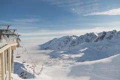 Het van brandstof voorzien van de benzinepomp Landschaps sneeuwpieken en valleien voor het ski?en, skihellingen en liften royalty-vrije stock foto's