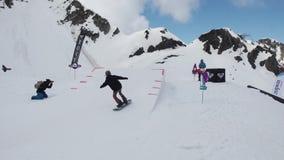 Het van brandstof voorzien van de benzinepomp Tiener snowboarder rit op springplank zonnig Karton kosmisch voorwerp stock videobeelden