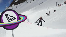 Het van brandstof voorzien van de benzinepomp Tiener snowboarder sprong van springplank Zon Karton kosmisch voorwerp stock video
