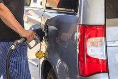 Het van brandstof voorzien van een auto stock afbeeldingen