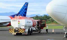 Het van brandstof voorzien van een vliegtuig stock afbeelding