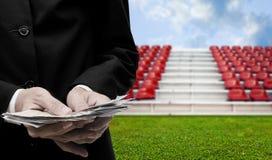 Het van de bedrijfs voetbalsport concept, Zakenman investeert in voetbal Royalty-vrije Stock Afbeeldingen