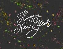 Het van letters voorzien Gelukkig Nieuwjaar op de donkere achtergrond met verfplonsen Royalty-vrije Stock Fotografie