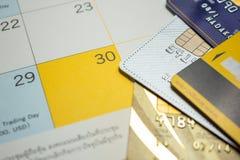 Het van plan zijn om creditcard op vakantie op de kalender te gebruiken Royalty-vrije Stock Afbeeldingen