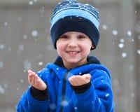 Het vangen van sneeuwvlokken Stock Afbeeldingen