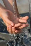 Het vangen van Vers en Koel Water met Handen Royalty-vrije Stock Foto's