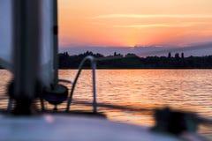Het varen aan de zonsondergang Royalty-vrije Stock Foto