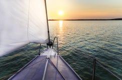 Het varen aan de zonsondergang Stock Fotografie