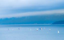 Het varen in bewolkte dag Stock Foto's
