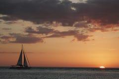 Het varen bij zonsondergang! royalty-vrije stock afbeelding