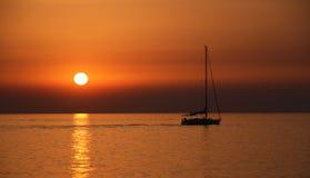 Het varen bij zonsondergang Stock Foto