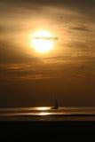Het varen bij Zonsondergang Stock Foto's