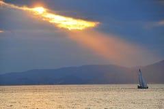 Het varen bij zonsondergang Stock Afbeeldingen