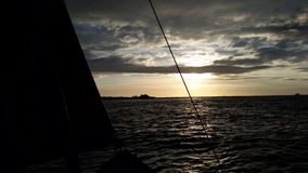 Het varen bootzonsondergang stock foto's