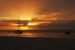 Het varen bootzonsondergang bij Moreton Eiland, Australië Stock Foto's