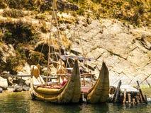 Het varen in de boot van Totora in het meer van Titicaca - Bolivië - Latijns Amerika Stock Foto's