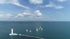 Het varen de regatta in haven, jachten gaat naar de open zee stock video