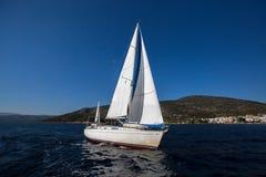 Het varen in de wind bij het Overzees luxe royalty-vrije stock foto's