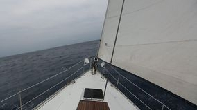 Het varen in de wind door de golven stock footage