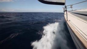 Het varen in de wind door de golven stock videobeelden