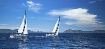 Het varen in de wind door de golven bij het Egeïsche Overzees royalty-vrije stock fotografie