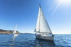 Het varen in de wind door de golven bij het Egeïsche Overzees in Griekenland stock fotografie