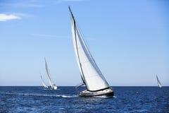 Het varen in de wind door de golven bij het Egeïsche Overzees in Griekenland Stock Foto