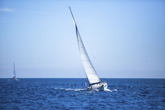 Het varen in de wind door de golven bij het Egeïsche Overzees in Griekenland Stock Afbeeldingen