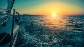 Het varen in de wind door de golven bij het Egeïsche Overzees in Griekenland bij schemering Royalty-vrije Stock Afbeeldingen