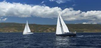 Het varen in de wind door de golven bij het Egeïsche Overzees traveling stock afbeelding