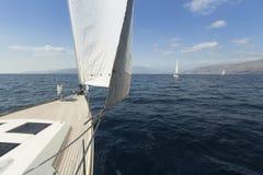 Het varen in de wind door de golven Rijen van luxejachten bij jachthavendok Royalty-vrije Stock Foto