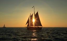 Het varen in de zonsondergang Stock Afbeeldingen